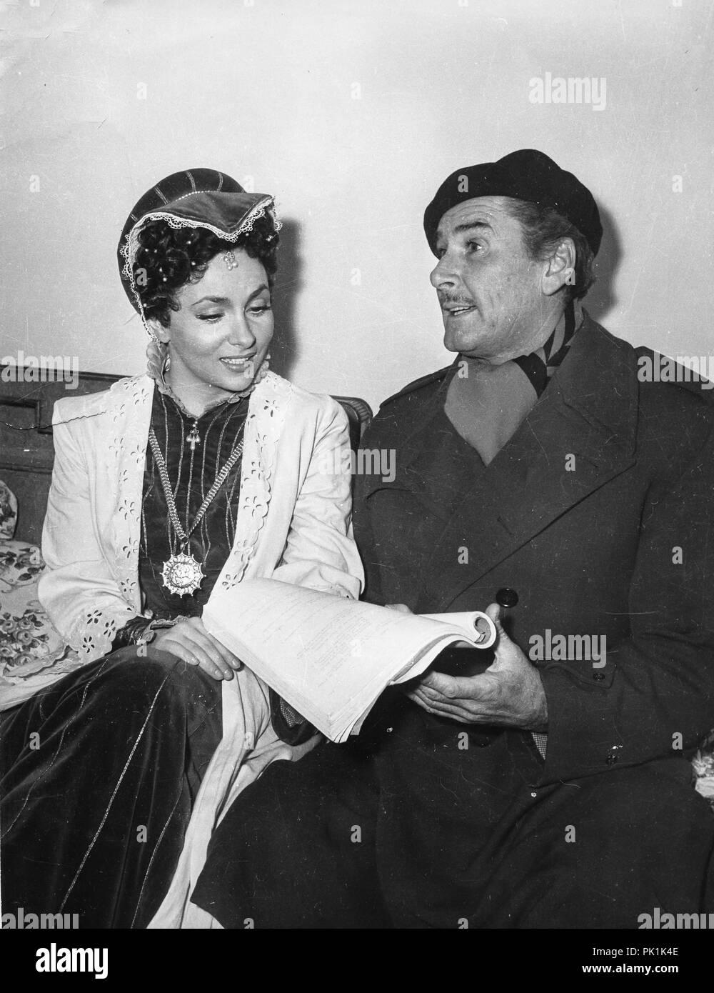 gina lollobrigida, errol flynn, on the set of the movie crossed swords, 1953 - Stock Image
