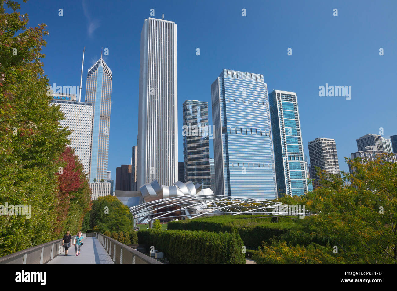 Visitors on the Nichols Bridgeway, Millennium Park, Chicago city center, Illinois, USA - Stock Image