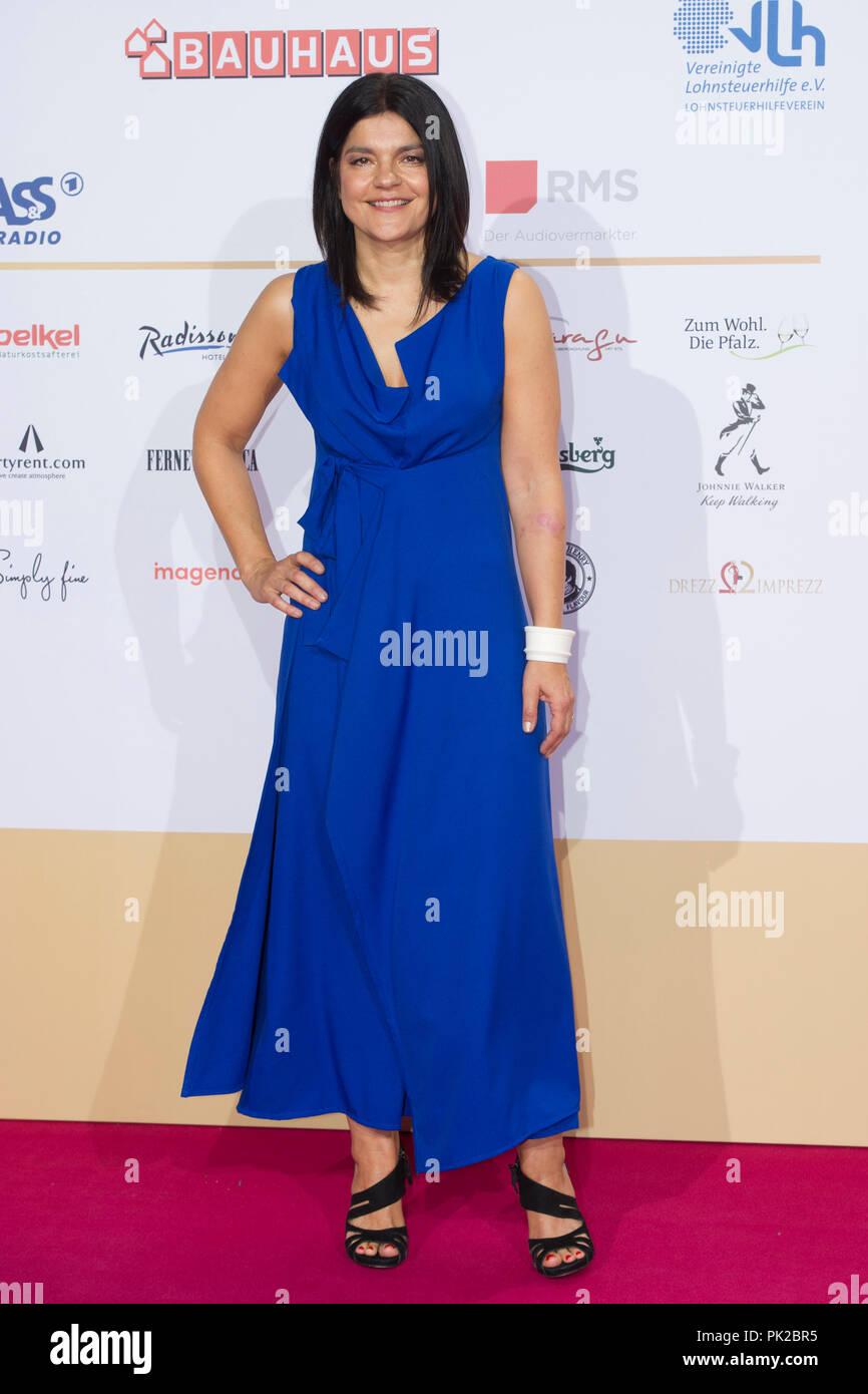 Hamburg, Deutschland. 06th Sep, 2018. Jasmin TABATABAI, actress, red carpet, Red Carpet Show, awarding of the German Radio Prize 2018 in Hamburg on 06.09.2016. | Usage worldwide Credit: dpa/Alamy Live News Stock Photo