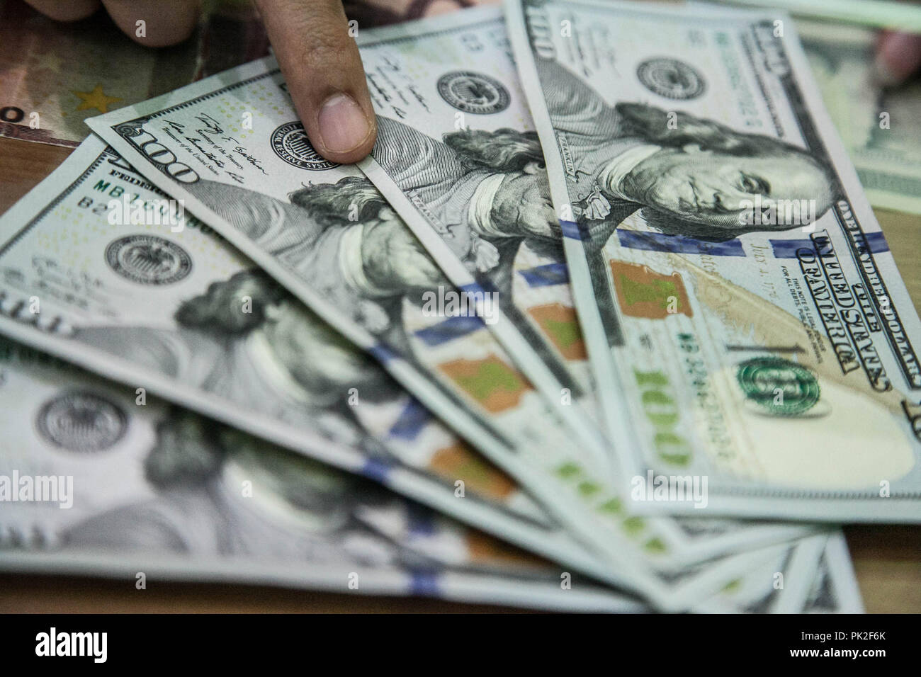Medan, North Sumatra, Indonesia. 10th Sep, 2018. An employee shows U.S. one-hundred dollar banknotes sits on a counter at a currency exchange store in Medan on Sept 10, 2018, Indonesia. As Aug. 15's policy decision approaches, Bank Indonesia finds itself under pressure to raise the benchmark rate again even after increasing it by a combined 100 basis points since mid-May to stem a slide in the currency, where estimates that the Rupiah exchange rate will stabilize in the range of 14,835 rupiah per US dollar on today. Credit: Ivan Damanik/ZUMA Wire/Alamy Live News Stock Photo