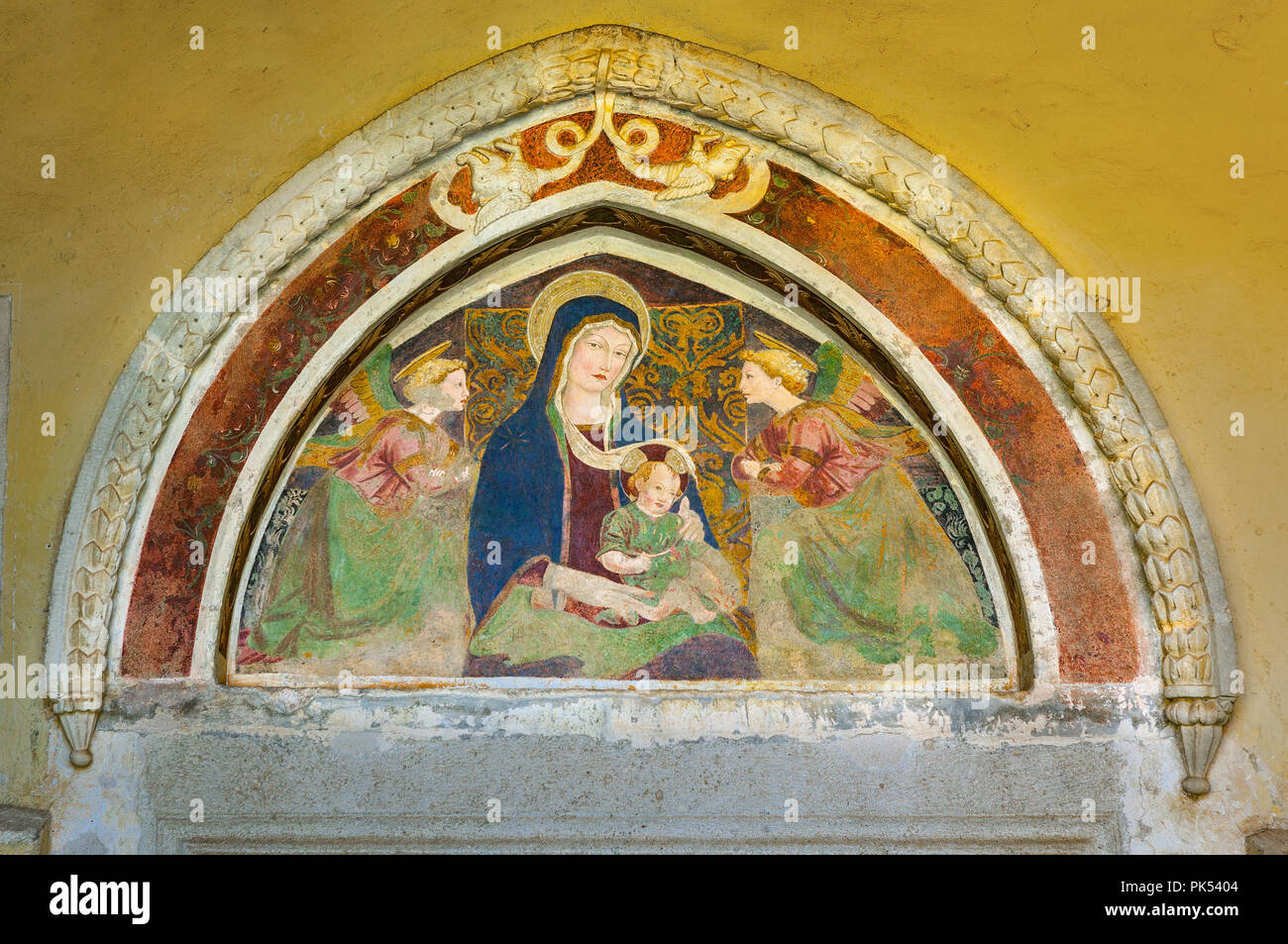 depiction of the Madonna and Child between two adoring Angels, Abruzzo - Stock Image