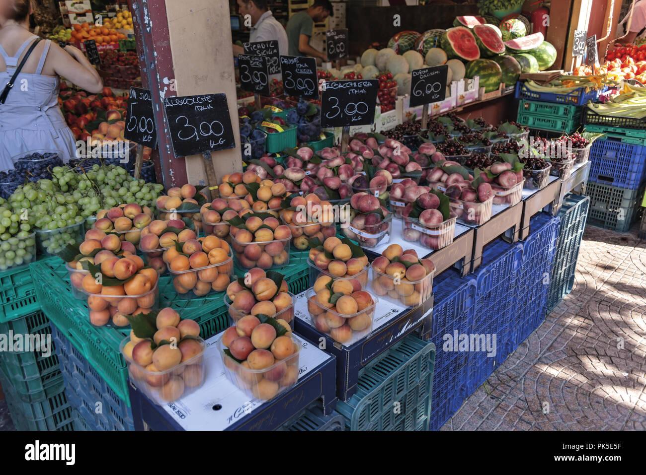 Mercato della frutta della verdura e del pesce Ventimiglia 2 - Stock Image