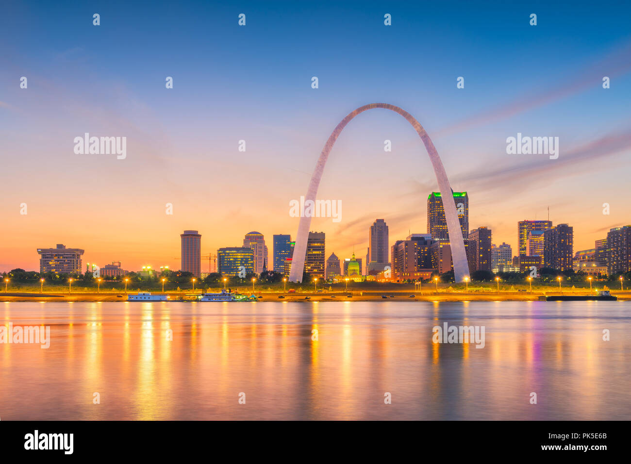 St. Louis, Missouri, USA downtown cityscape with the arch and courthouse at dusk. - Stock Image
