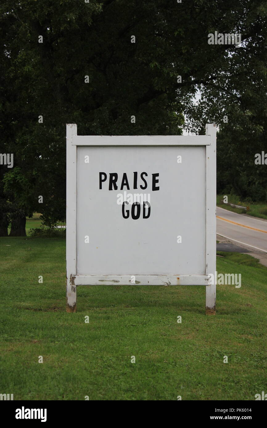 Handmade Church sign stating Praise God in rural Marengo, Illinois, McHenry County. - Stock Image
