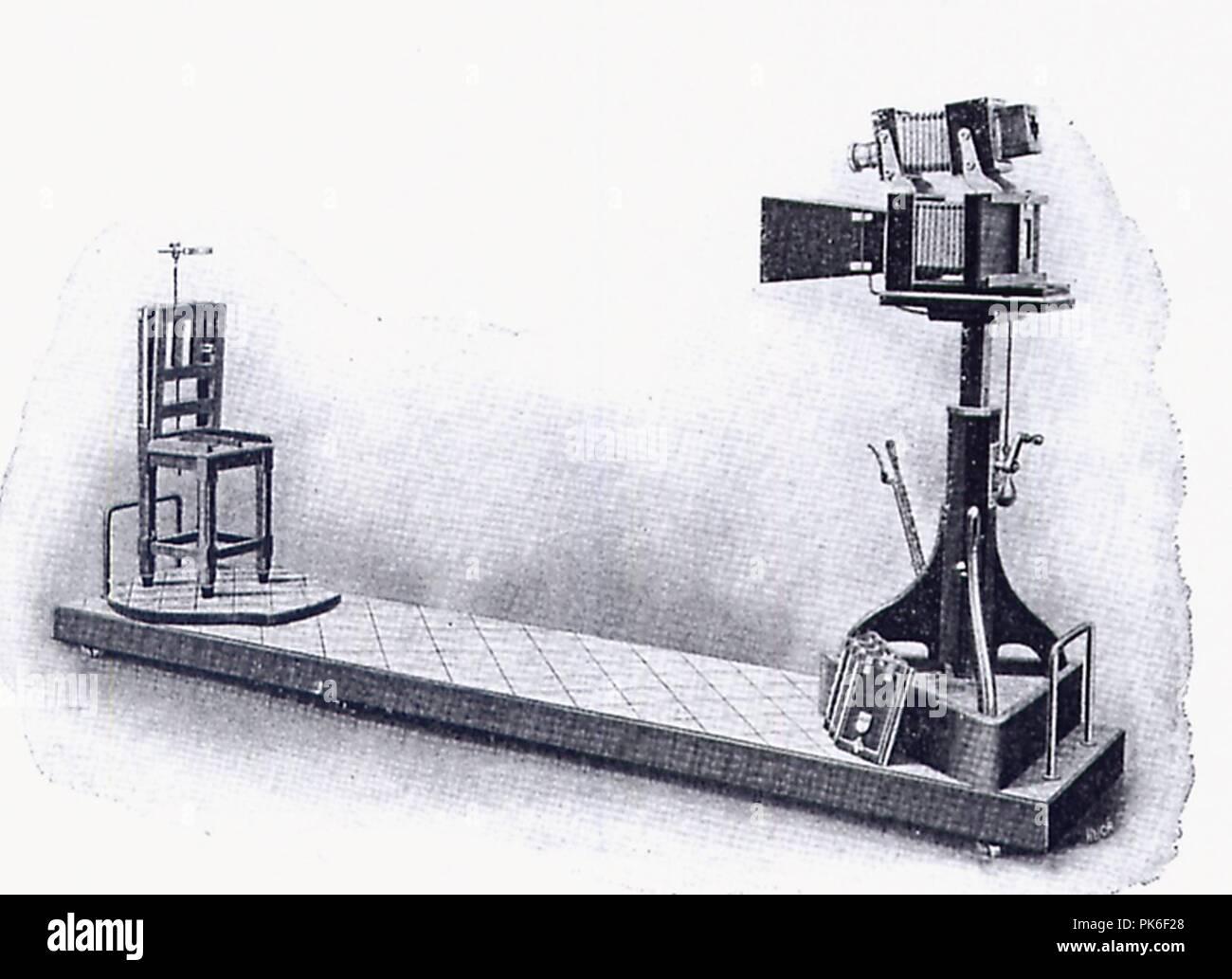 Bertillons Apparat zu Aufnahme signaletischer Porträts. - Stock Image