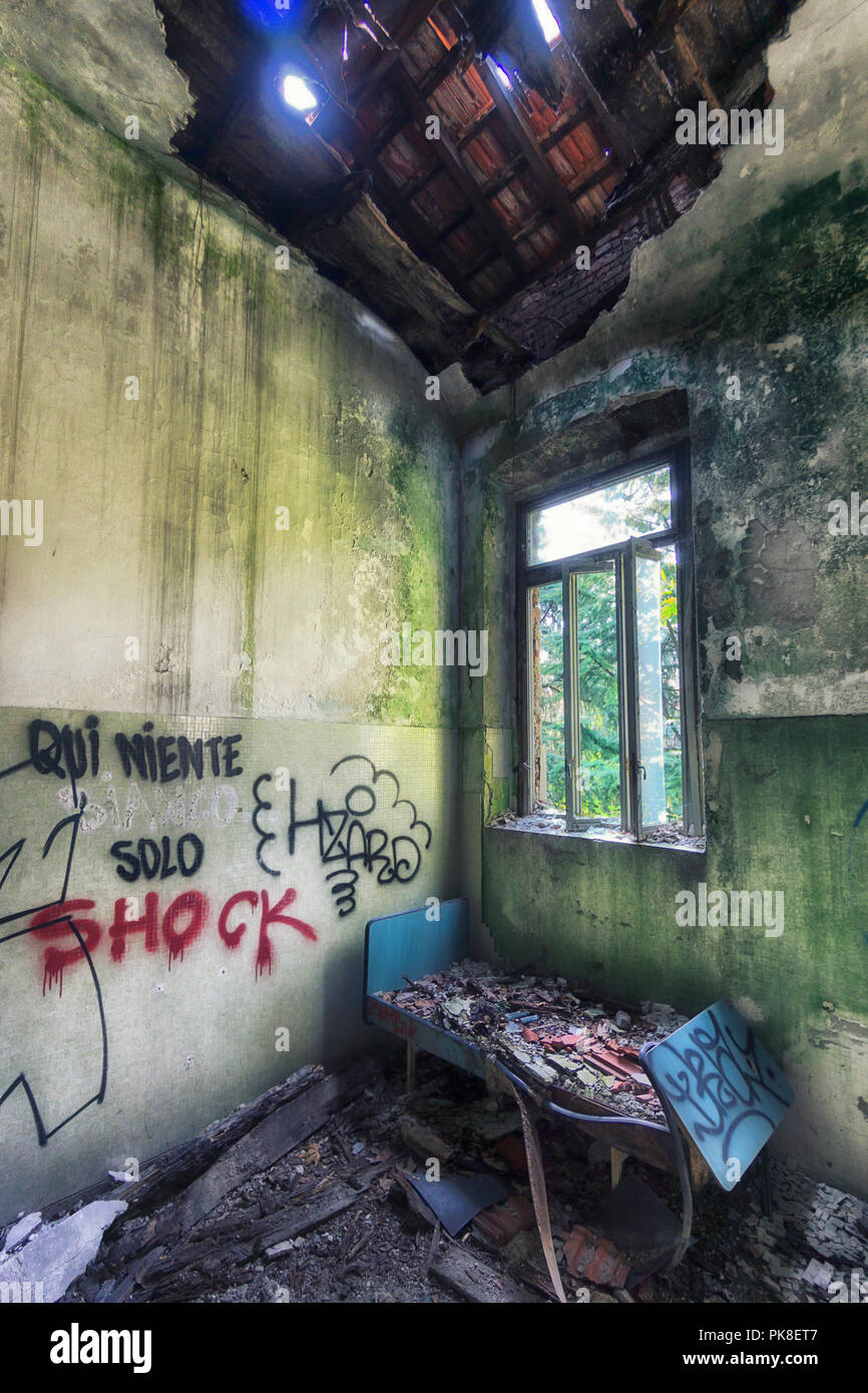 Grungy interior of abandoned house - Stock Image