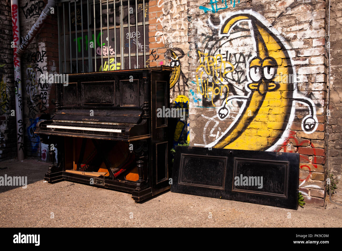 old discarded piano of the manufacturer C. F. Glass & Co. in a backyard, Cologne, Germany  altes ausrangiertes Klavier von C. F. Glass & Co. in einem  - Stock Image