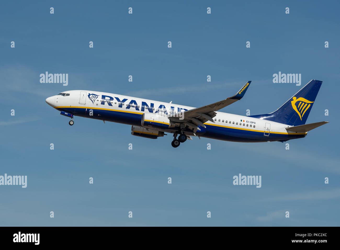 11 September 2018, Hessen, Frankfurt/Main: An Irish airline Ryanair aircraft approaches Frankfurt Airport. Verdi and the pilot union Vereinigung Cockpit (VC) call for a full-day strike at Ryanair in Germany. Pilots and flight attendants demand better working conditions and better pay. Photo: Silas Stein/dpa - Stock Image