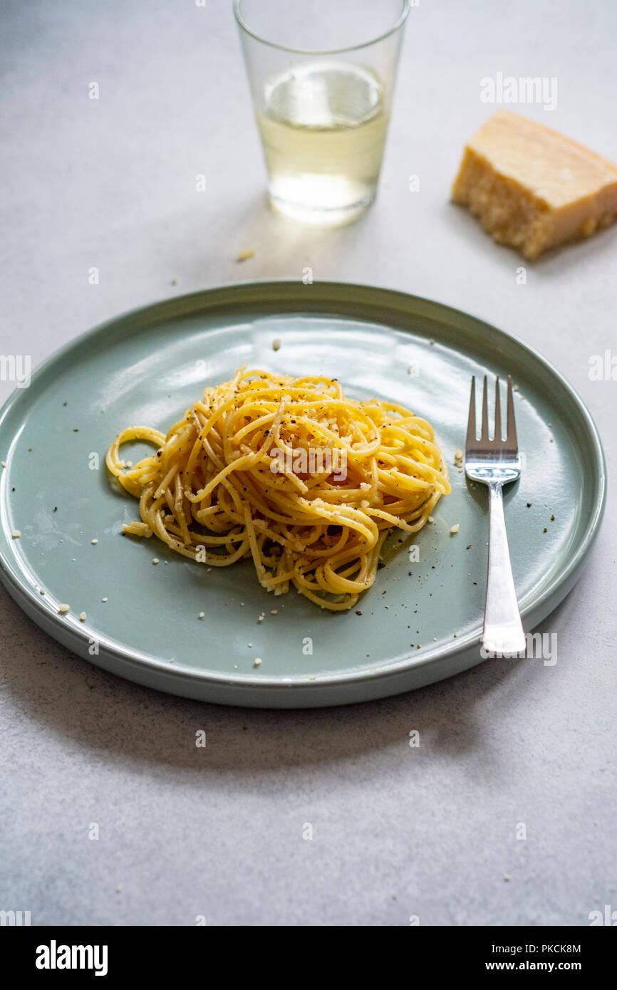 Cacio e Pepe pasta dish - Stock Image