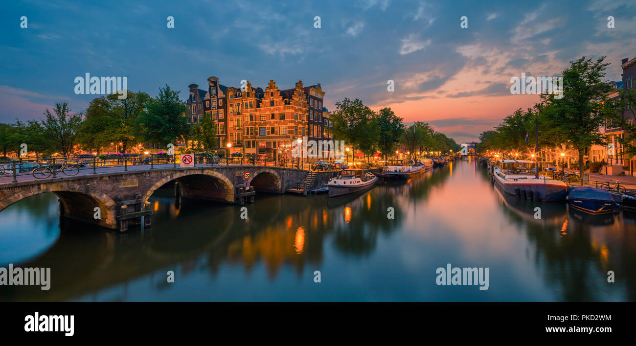 An evening in Amsterdam with the view from the Papiermolensluis to the Brouwersgracht. Stock Photo