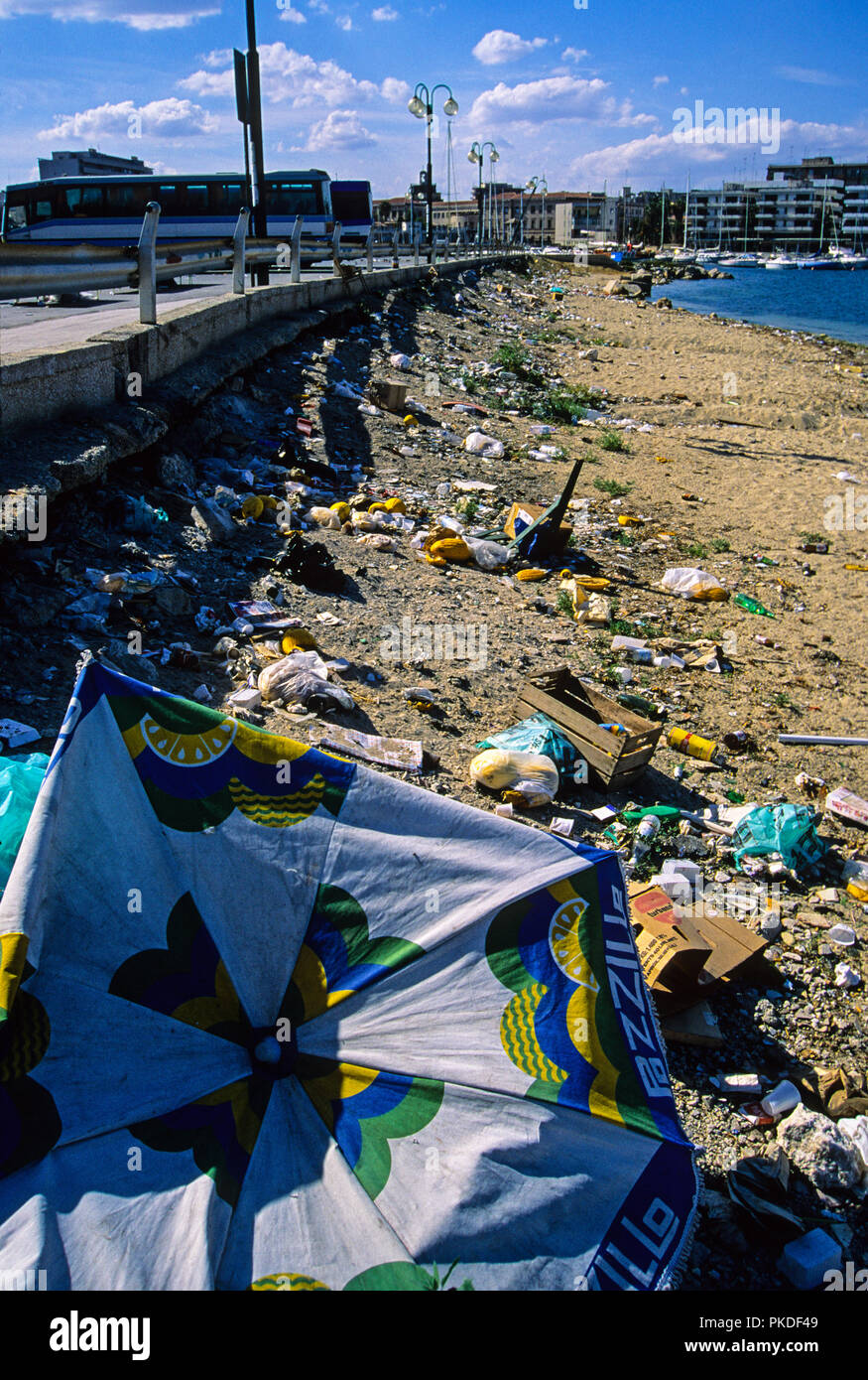 Rubbish on Beach, Plastic pollution, Sircussus, Sicily, Italy, Europe. - Stock Image