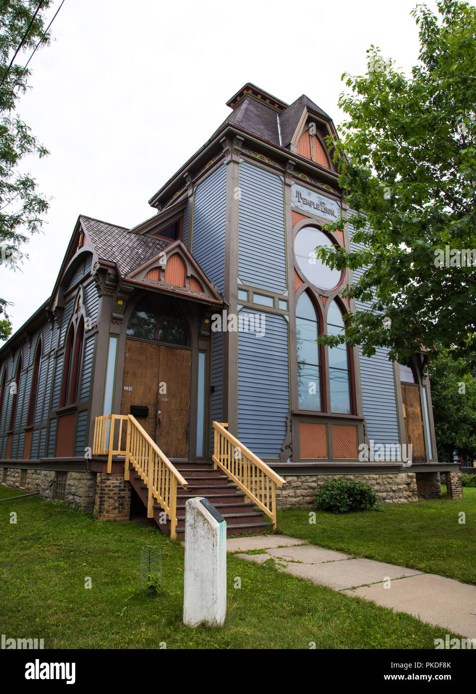 Temple Zion was the synagogue of Harry Houdini's father when they lived in Appleton, Wisconsin. Now privately owned it still has the sign. - Stock Image