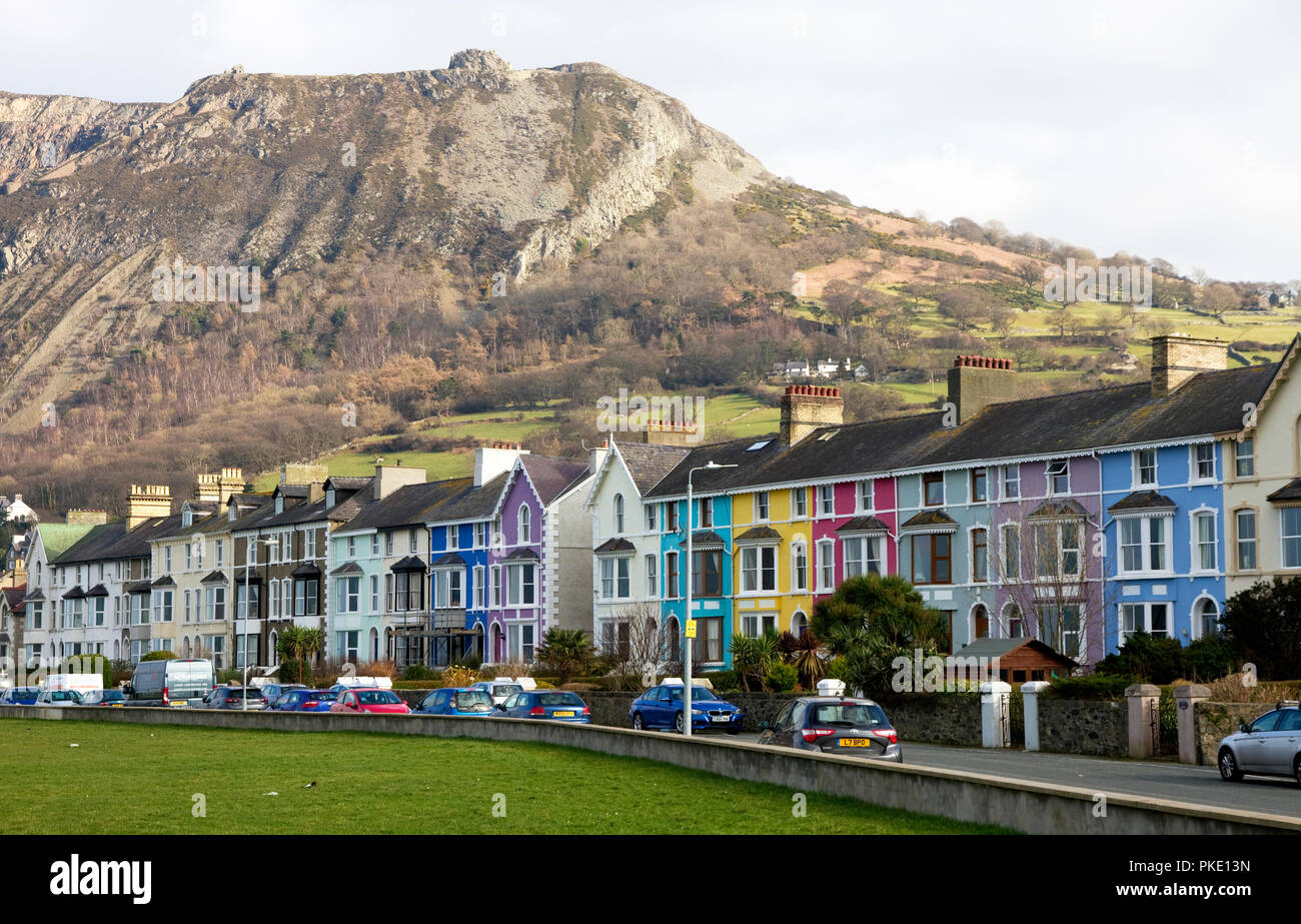 Painted houses on Promenade, Llanfairfechan, Conwy, Clwyd, Wales.  Penmaenmawr mountain behind. - Stock Image