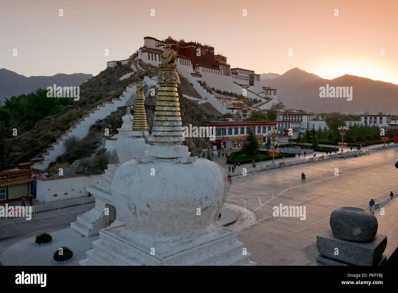 The Potala, sunrise at the winter palace of the Dalai Lama, Lhasa, Tibet, China - Stock Image