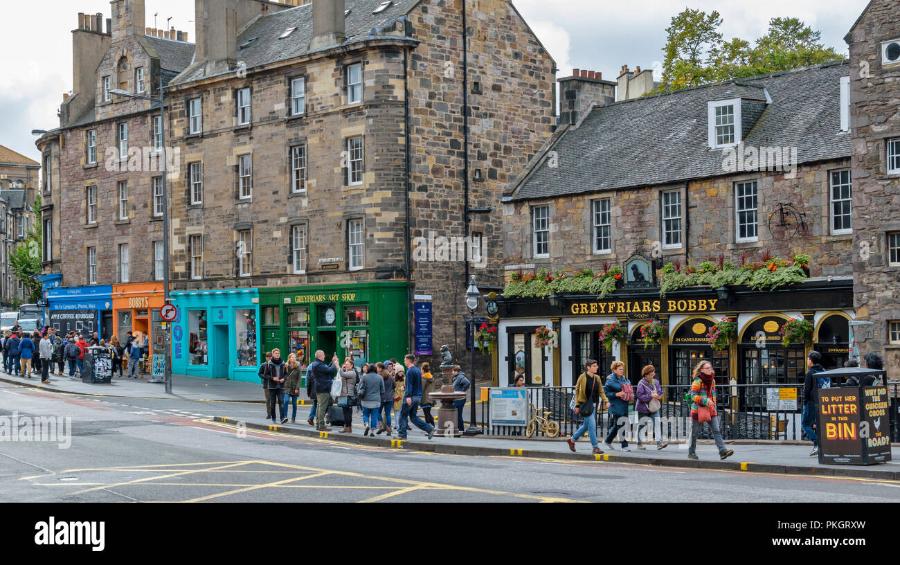 EDINBURGH SCOTLAND CANDLEMAKER ROW THE GREYFRIARS BOBBY STATUE AND TOURISTS Stock Photo