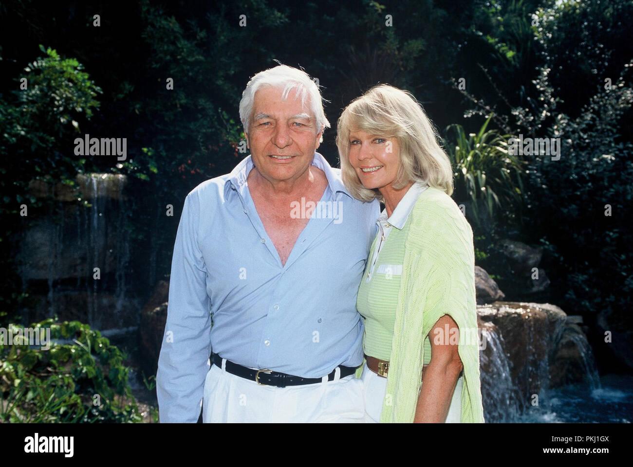Gunter Sachs Mit Ehefrau Mirja Im Garten Mit Einem Kleinen Wasserfall Im  Hintergrund, 2000er.