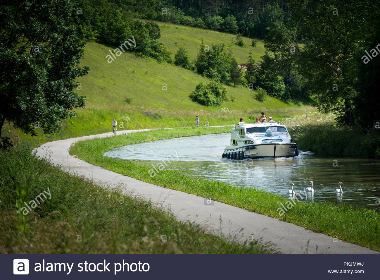 River tourism on the Burgundy Canal ('Canal de Bourgogne') (north-eastern France). Barge and towpath - Stock Image