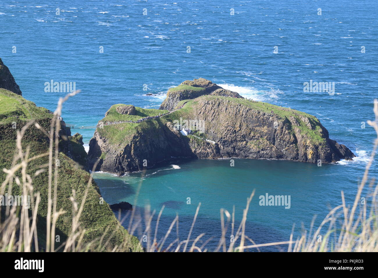Carrick-a-Rede Rope Bridge near Ballintoy, Coounty Antrim, Northern Ireland spanning a 30m gap between the mainland and Carrick Island. Owned by N.T. - Stock Image