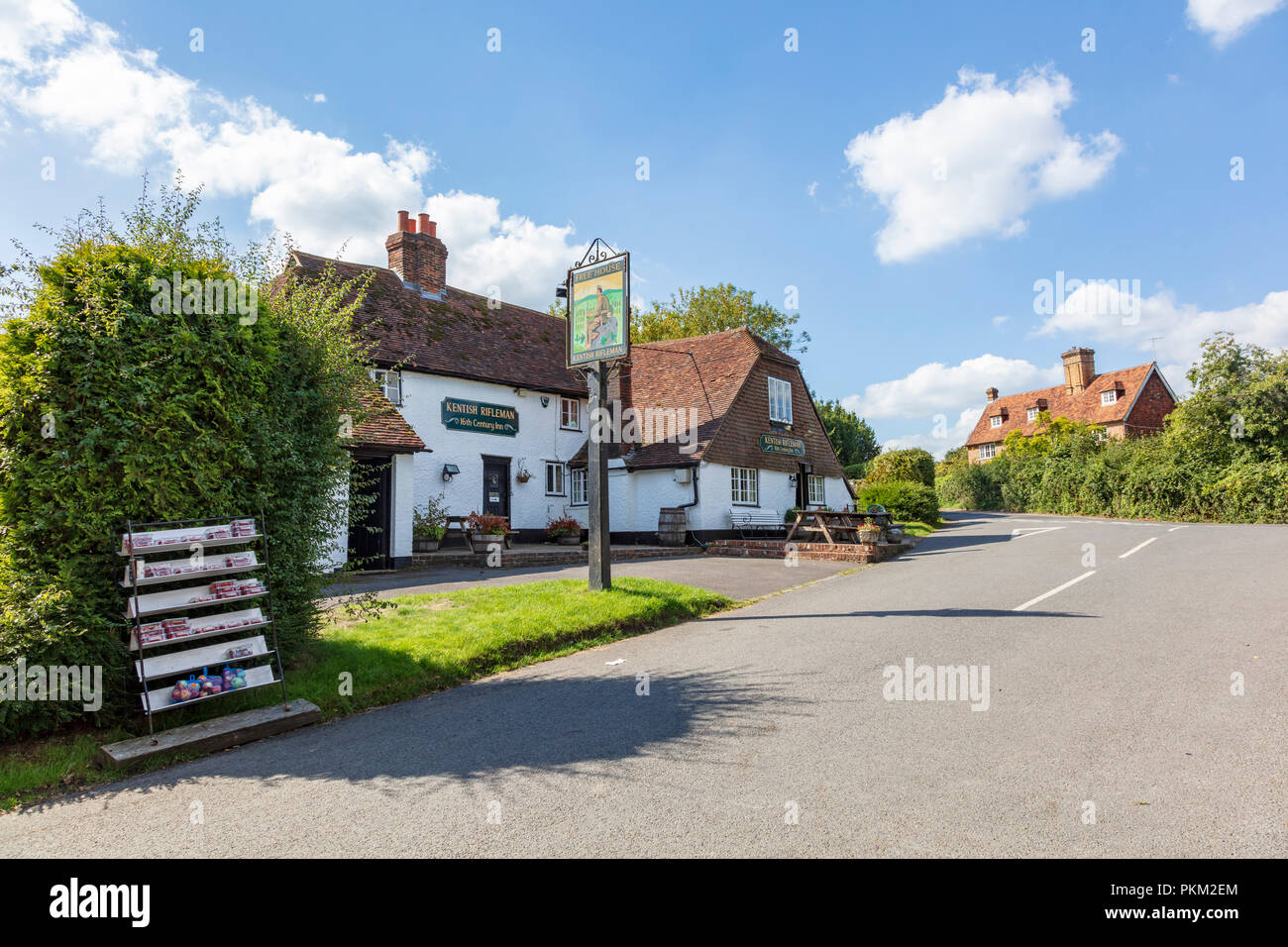 The historic 16th Century inn Kentish Rifleman, a traditional Free House pub in the Kent Village of Dunks Green near Tonbridge, Kent, UK Stock Photo