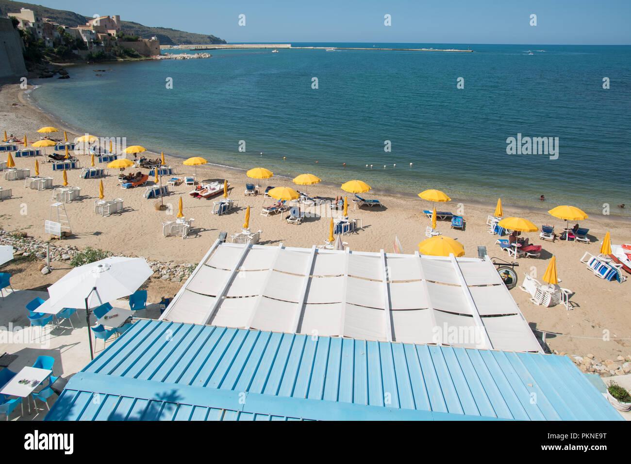 Stadtstrand Castellammare del Golfo Sizilien - Stock Image
