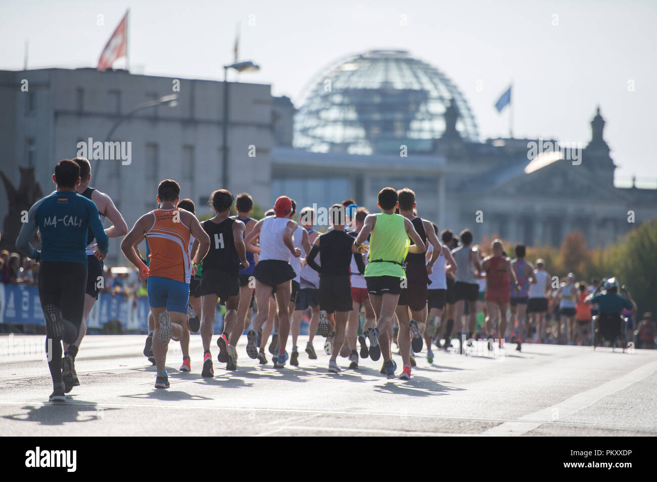 Berlin, Germany. 16th September 2018. Thousands of athletes walk past the Reichstag building at the 45th BMW Berlin Marathon. Photo: Arne Immanuel Bänsch/dpa Credit: dpa picture alliance/Alamy Live News  - Stock Image