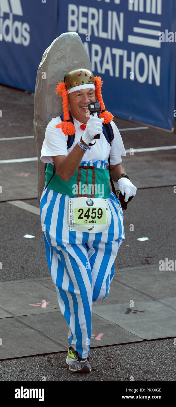 Berlin, Germany. 16th September 2018. A man dressed as Obelix starts the 45th BMW Berlin Marathon on Straße des 17. June. Photo: Soeren Stache/dpa Credit: dpa picture alliance/Alamy Live News  - Stock Image