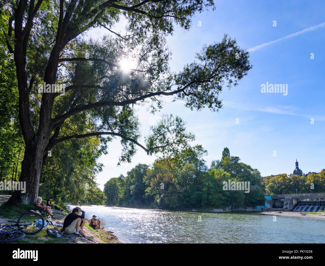 München, Munich: river Kleine Isar, talking people, sunbather, Wehrsteg, Oberbayern, Upper Bavaria, Bayern, Bavaria, Germany - Stock Image