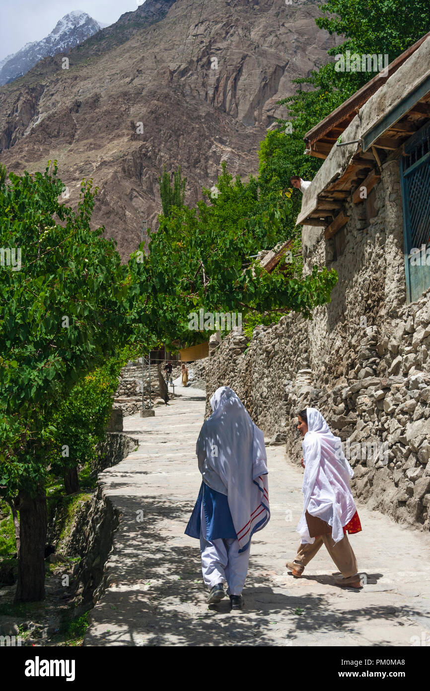 Karimabad, Hunza Valley, Gilgit-Baltistan, Pakistan : Two young women walk in the mountain town of Karimabad (formerly Baltit) the capital of the Hunz - Stock Image