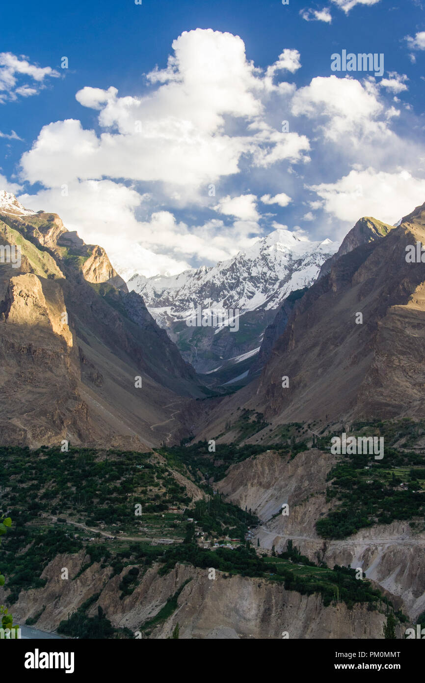 Karimabad, Hunza Valley, Gilgit-Baltistan, Pakistan : Sunrise over the Karakoram range and Hunza Valley in far north Pakistan, bordering with the Wakh - Stock Image