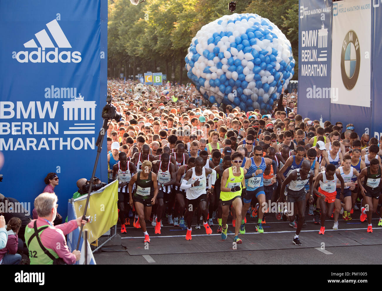 Berlin, Germany. 16 September 2018, Berlin: The elite runners starting the 45th BMW Berlin Marathon on the Strasse des 17 June. Photo: Soeren Stache/dpa Credit: dpa picture alliance/Alamy Live News - Stock Image