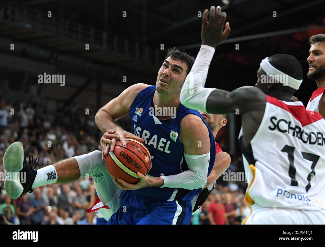 Leipzig, Saxony. 16th Sep, 2018. Basketball: World Cup Qualification, Germany vs Israel, Round 2, Group L, Day 2 at the Arena Leipzig. Israel's Jake Cohen (L) taking possession of the ball under the basket against Germany's Dennis Schroeder. Credit: Hendrik Schmidt/dpa-Zentralbild/dpa/Alamy Live News - Stock Image