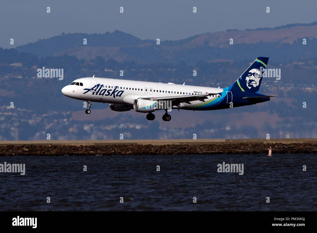 Airbus A320-214 (N854VA) operated by Alaska Airlines landing at San Francisco International Airport (KSFO), San Francisco, California, United States of America - Stock Image