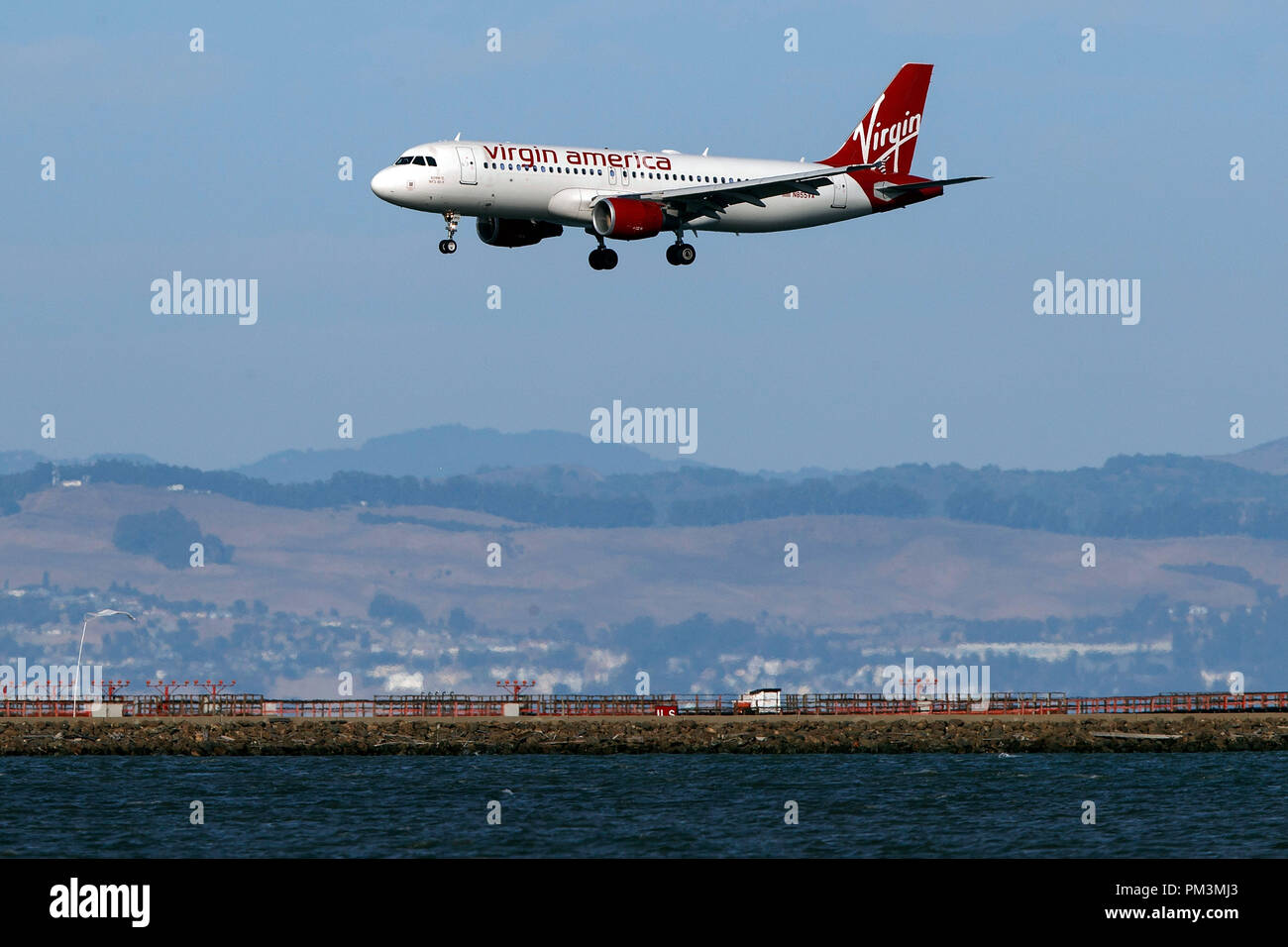 Airbus A320-214 (N855VA) operated by Alaska Airlines landing at San Francisco International Airport (KSFO), San Francisco, California, United States of America - Stock Image