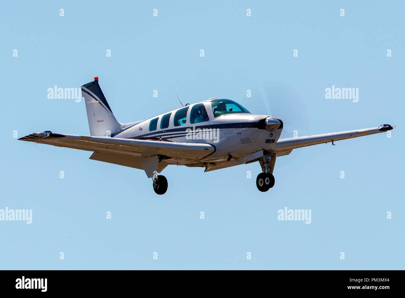 Beech A36 Bonanza (N70HC) on approach to Palo Alto Airport (KPAO), Palo Alto, California, United States of America - Stock Image