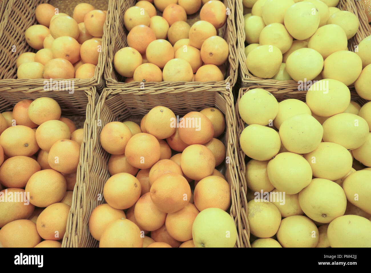 Ripe oranges and grapefruits at a market - Stock Image