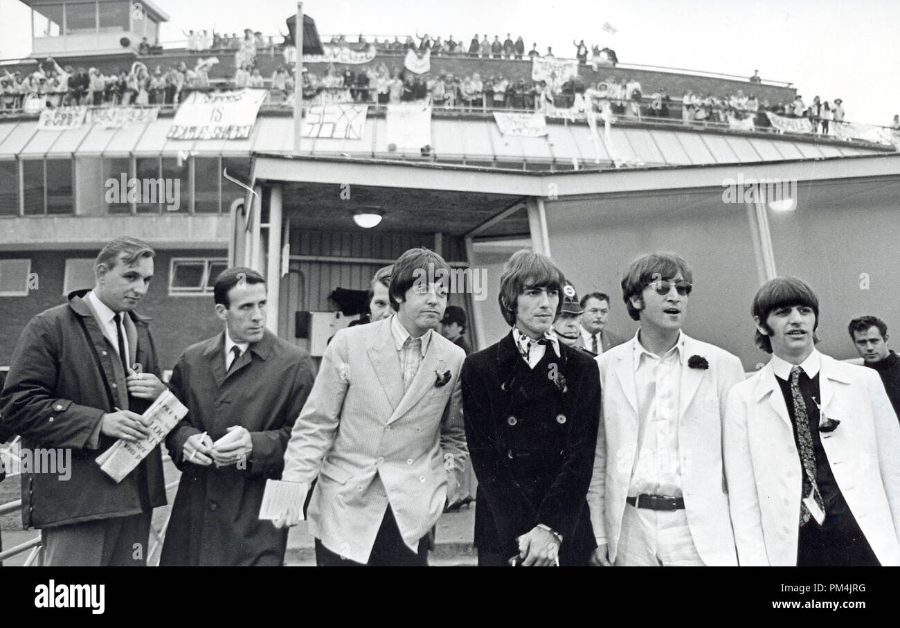 The Beatles, Paul McCartney, George Harrison, John Lennon and Ringo Starr aarive at London Airport, August1966. File Reference #1013_019 THA © JRC /The Hollywood Archive - All Rights Reserved. - Stock Image