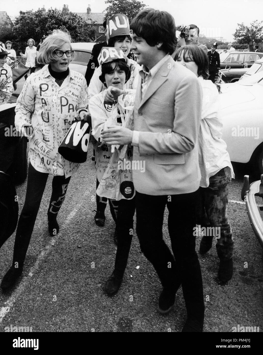 Beatle Paul McCartney besieged by fans,1966. File Reference #1013_105 THA © JRC /The Hollywood Archive - All Rights Reserved. - Stock Image