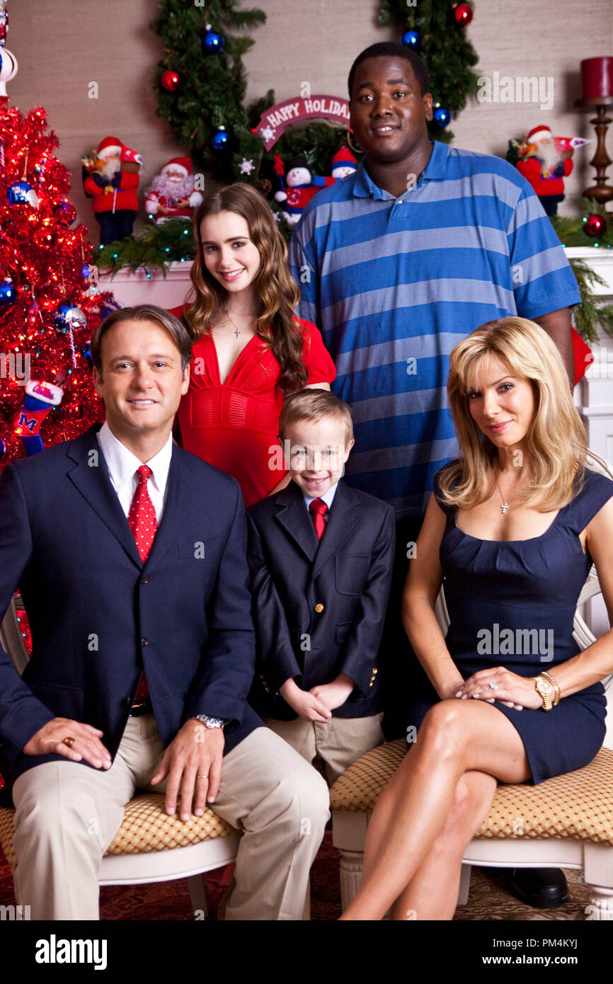 """(L-R) TIM McGRAW as Sean Tuohy, LILY COLLINS as Collins, JAE HEAD as S.J., QUINTON AARON as Michael Oher and SANDRA BULLOCK as Leigh Anne Tuohy in Alcon Entertainment's drama """"The Blind Side,"""" a Warner Bros. Pictures release. - Stock Image"""