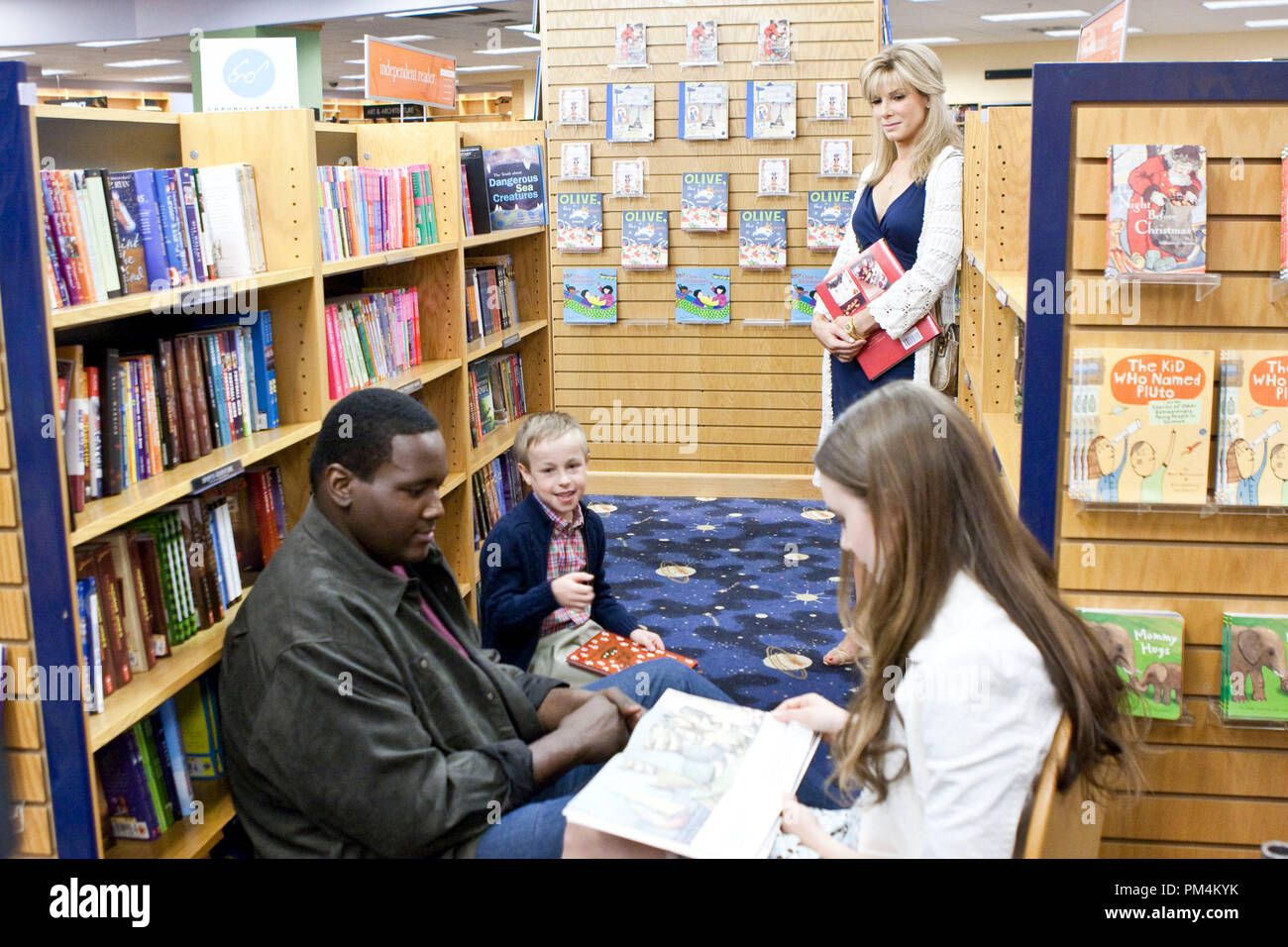 """(L-r) QUINTON AARON as Michael Oher, JAE HEAD as S.J., SANDRA BULLOCK as Leigh Anne Tuohy and LILY COLLINS as Collins in Alcon Entertainment's drama """"The Blind Side,"""" a Warner Bros. Pictures release. - Stock Image"""