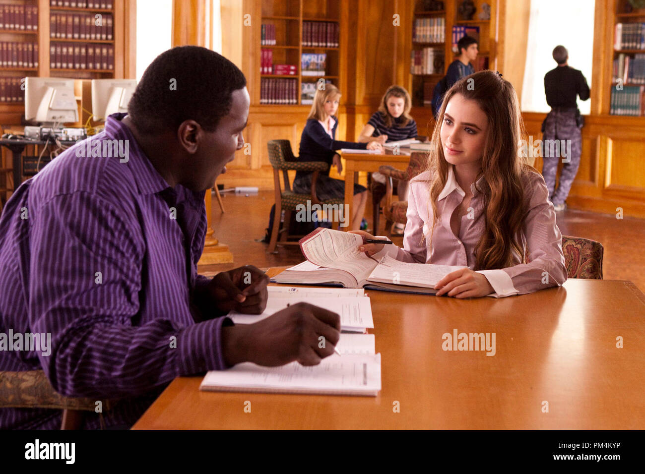 """QUINTON AARON as Michael Oher and LILY COLLINS as Collins in Alcon Entertainment's drama """"The Blind Side,"""" a Warner Bros. Pictures release. - Stock Image"""