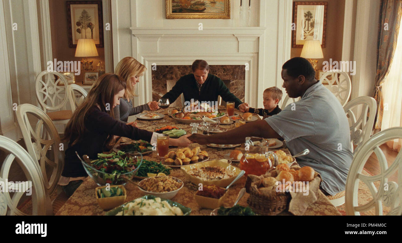 """(L-r) LILY COLLINS as Collins, SANDRA BULLOCK as Leigh Anne Tuohy, TIM McGRAW as Sean Tuohy, JAE HEAD as S.J. and QUINTON AARON as Michael Oher in Alcon Entertainment's drama """"The Blind Side,"""" a Warner Bros. Pictures release. - Stock Image"""