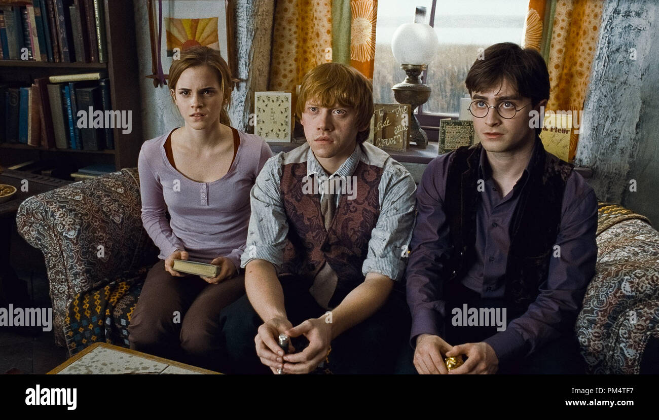 (L-r) EMMA WATSON as Hermione Granger, RUPERT GRINT as Ron Weasley and DANIEL RADCLIFFE as Harry Potter in Warner Bros. PicturesÕ fantasy adventure ÒHARRY POTTER AND THE DEATHLY HALLOWS Ð PART 1,Ó a Warner Bros. Pictures release.    Photo courtesy of Warner Bros. Pictures - Stock Image