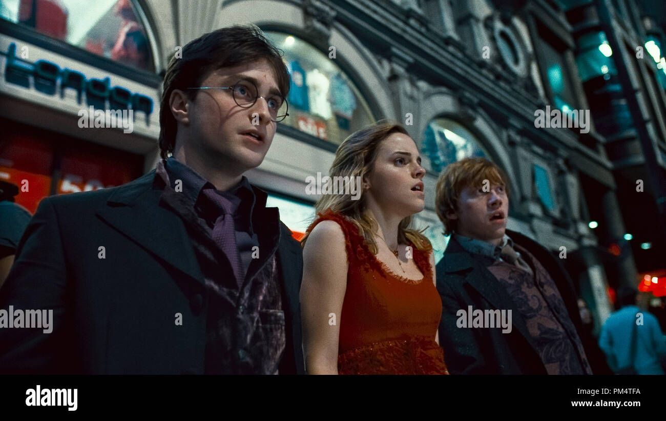(L-r) DANIEL RADCLIFFE as Harry Potter, EMMA WATSON as Hermione Granger and RUPERT GRINT as Ron Weasley in Warner Bros. PicturesÕ fantasy adventure ÒHARRY POTTER AND THE DEATHLY HALLOWS Ð PART 1,Ó a Warner Bros. Pictures release.    Photo courtesy of Warner Bros. Pictures - Stock Image