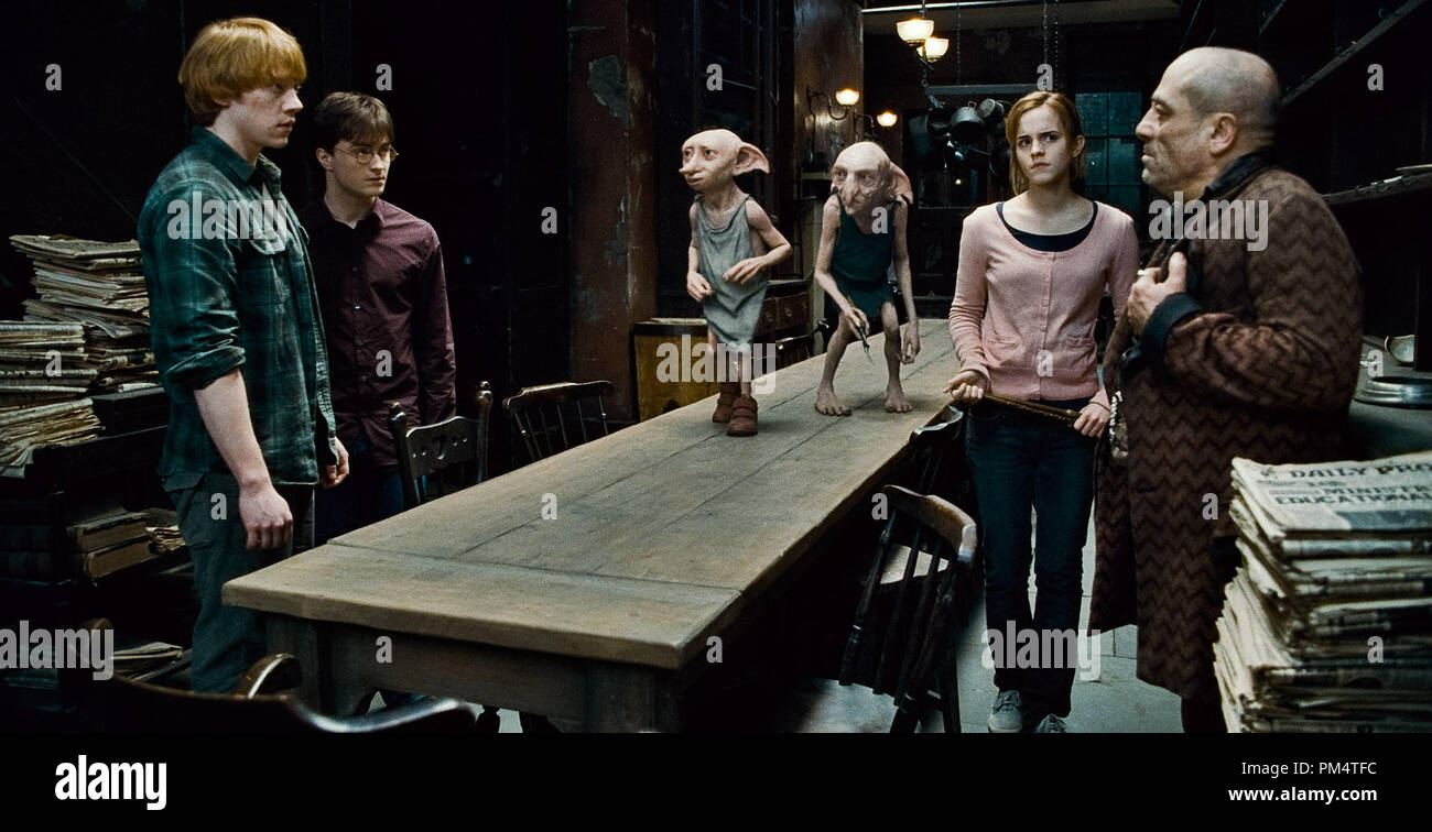 (L-r) RUPERT GRINT as Ron Weasley; DANIEL RADCLIFFE as Harry Potter; Dobby, voiced by TOBY JONES; Kreacher, voiced by SIMON McBURNEY; EMMA WATSON as Hermione Granger; and ANDY LINDEN as Mundungus Fletcher in Warner Bros. PicturesÕ fantasy adventure ÒHARRY POTTER AND THE DEATHLY HALLOWS Ð PART 1,Ó a Warner Bros. Pictures release.    Photo courtesy of Warner Bros. Pictures - Stock Image