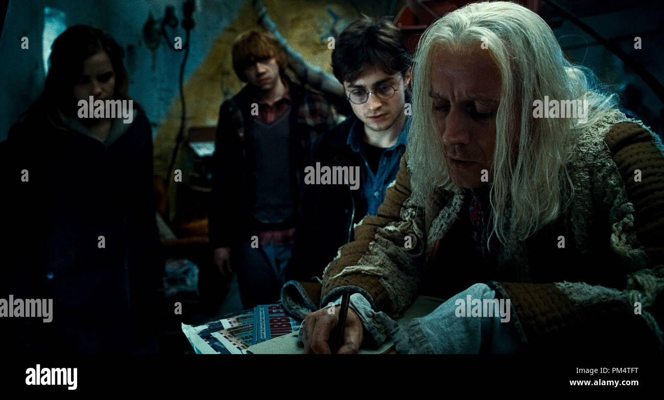 (L-r) EMMA WATSON as Hermione Granger, RUPERT GRINT as Ron Weasley, DANIEL RADCLIFFE as Harry Potter and RHYS IFANS as Xenophilius Lovegood in Warner Bros. PicturesÕ fantasy adventure ÒHARRY POTTER AND THE DEATHLY HALLOWS Ð PART 1,Ó a Warner Bros. Pictures release.    Photo courtesy of Warner Bros. Pictures - Stock Image