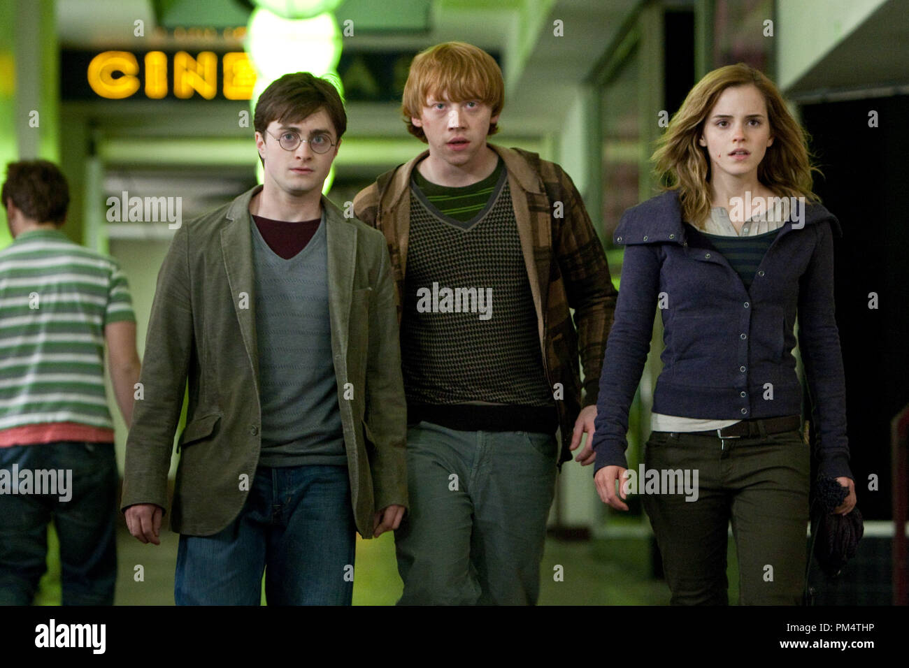(L-r) DANIEL RADCLIFFE as Harry Potter, RUPERT GRINT as Ron Weasley and EMMA WATSON as Hermione Granger in Warner Bros. PicturesÕ fantasy adventure ÒHARRY POTTER AND THE DEATHLY HALLOWS Ð PART 1,Ó a Warner Bros. Pictures release.    Photo by Jaap Buitendijk - Stock Image
