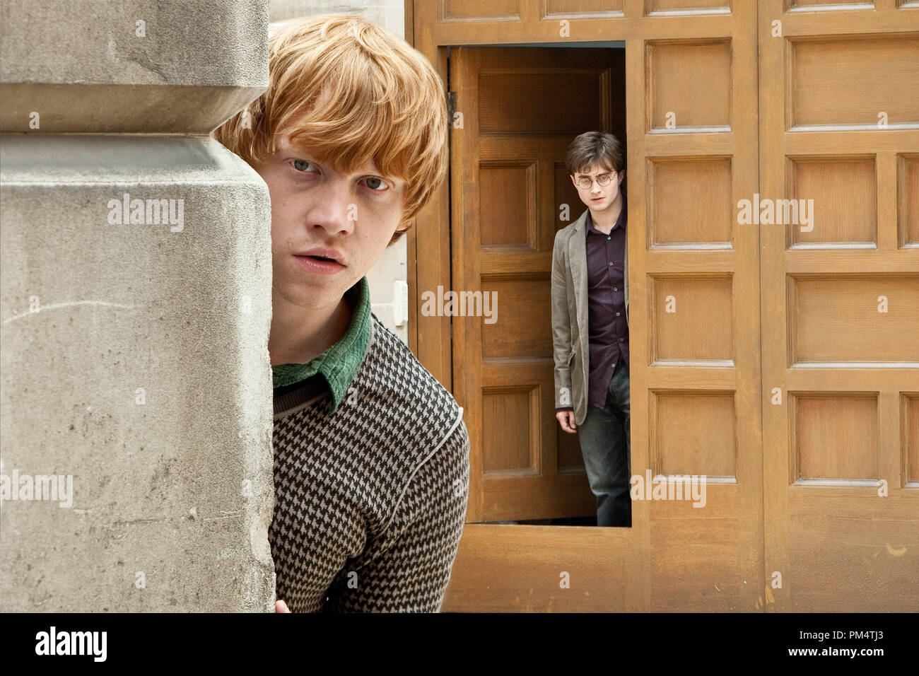 (L-r) RUPERT GRINT as Ron Weasley and DANIEL RADCLIFFE as Harry Potter in Warner Bros. PicturesÕ fantasy adventure ÒHARRY POTTER AND THE DEATHLY HALLOWS Ð PART 1,Ó a Warner Bros. Pictures release.    Photo by Jaap Buitendijk - Stock Image