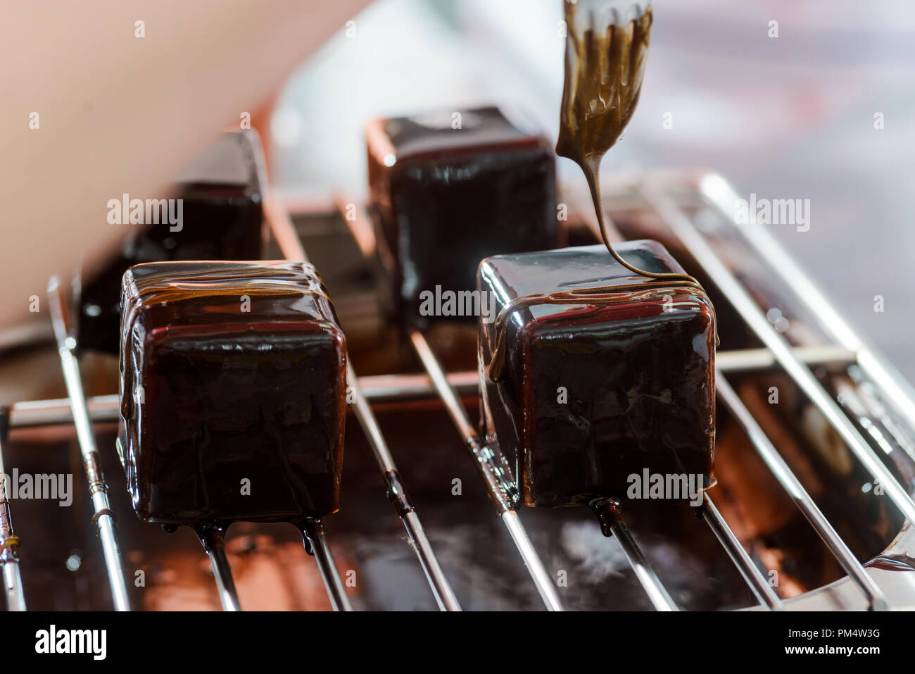 Decorating mousse cakes with caramel - Stock Image