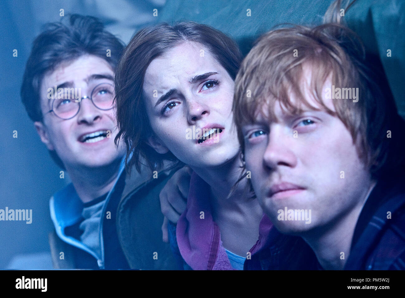 """(L-r) DANIEL RADCLIFFE as Harry Potter, EMMA WATSON as Hermione Granger and RUPERT GRINT as Ron Weasley in Warner Bros. Pictures' fantasy adventure """"HARRY POTTER AND THE DEATHLY HALLOWS – PART 2,"""" a Warner Bros. Pictures release. - Stock Image"""