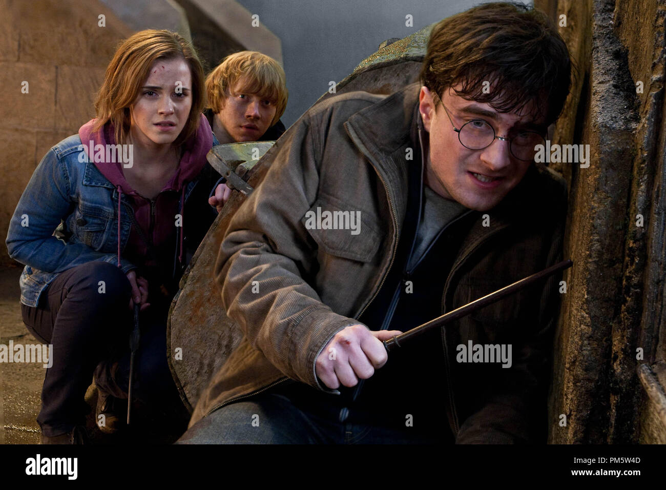 """(L-r) EMMA WATSON as Hermione Granger, RUPERT GRINT as Ron Weasley and DANIEL RADCLIFFE as Harry Potter in Warner Bros. Pictures' fantasy adventure """"HARRY POTTER AND THE DEATHLY HALLOWS – PART 2,"""" a Warner Bros. Pictures release. - Stock Image"""